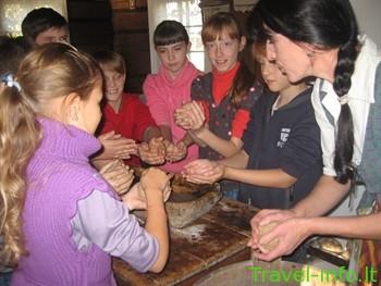 Duonos kepimas Anykščiuose – Arklio muziejus